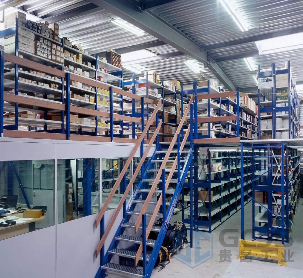 阁楼式货架的特点: 1、表面采用静电喷粉处理,外型设计美观、结构大方。 2、通常2-3层,设置有楼梯和货物提升电梯等。 3、立柱、主梁、副梁材料截面优化,承载力强。 4、阁楼货架全组装式结构,随意组合、安装、拆卸方便灵活。 5、可根据实际场地需要,灵活设计成二层或多层搁楼,充分利用仓储高度,更好地利用仓储空间。 6、阁楼货架充分考虑人性化物流,设计美观,结构大方。安装、拆卸方便,可根据实地灵活设计。 7、阁楼货架下层是货架形式,上层可以是平台也可以是货架的结构。底层货架既可以存储物料又是楼面的支撑,极